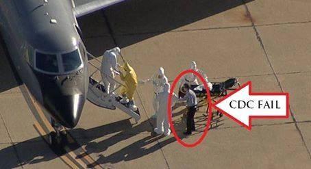Человек без униформы рядом с больным Эболой