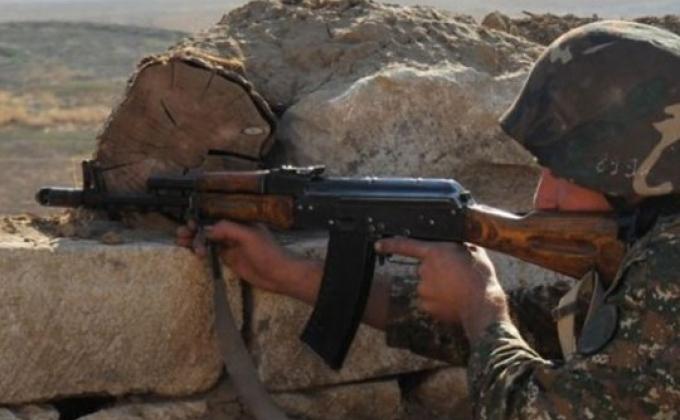 Армянский солдат с автоматом на посту