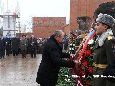 Бако Саакян возложил венок к мемориалу памяти жертв землетрясения