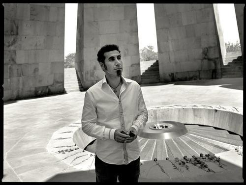 Серж Танкян (Цицернакаберд — памятник жертвам геноцида)